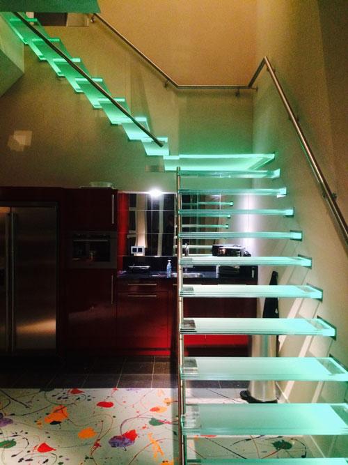 Zwevende glazen trap met LED verlichting