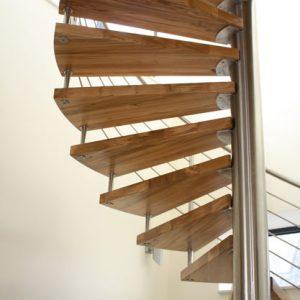 Vrijdragende houten spiltrap