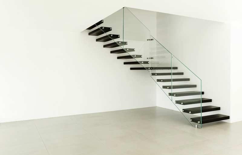 Granieten trap met glasbalustrade