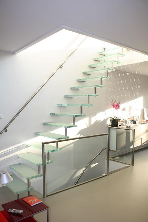 vrijdragende glazen trap