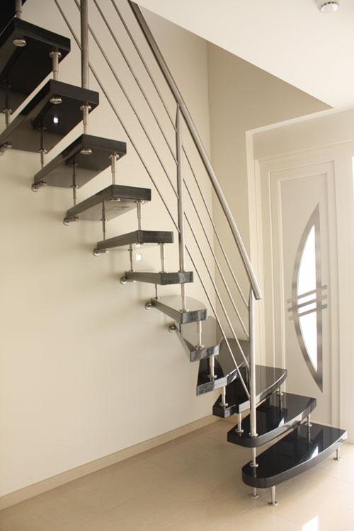 vrijdragende natuursteen trap