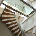 Design trap met glazen loopbrug