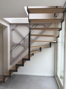 Boven kwart trap Treden: in Eiken white wash Stalen muizen trap profiel in onbehandeld staal Muurleuningen uitgevoerd in zelfde stijl als trap bomen