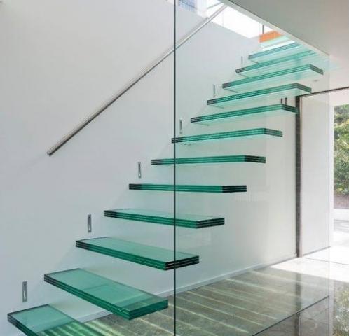 Zwevende glazen steektrap met glazen doorval beveiliging