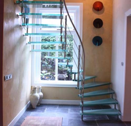 Vrijdragende glazen trap met onderkwart