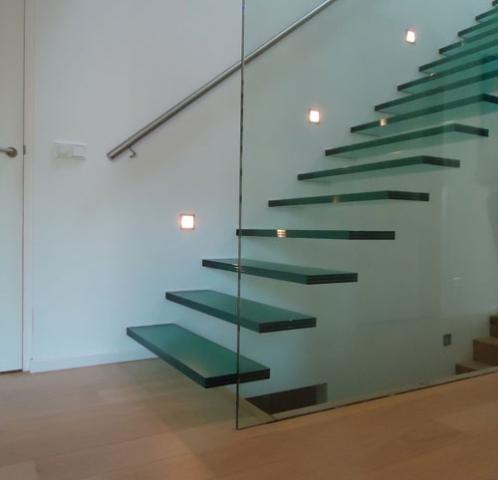 Zwevende glazen trap