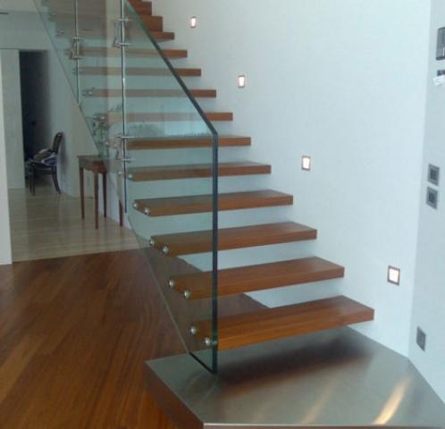Moderne houten trappen prachtig afgewerkt met afzelia noten eiken of beuken - Moderne houten trap ...