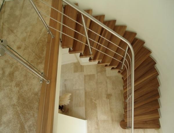 Vrijdragende houten trap HM123
