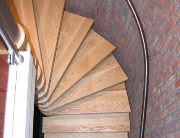Vrijdragende houten trap HM126