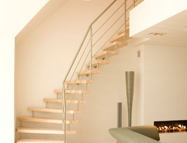 Vrijdagende houten trap HM82