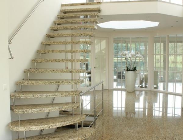 Vrijdragende natuurstenen trap N62