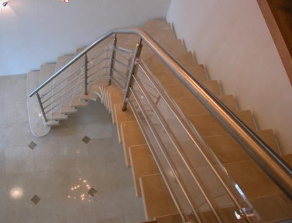 Vrijdragende natuurstenen trap N68
