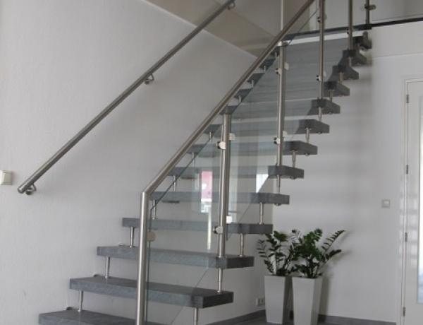 Vrijdragende natuurstenen trap N81